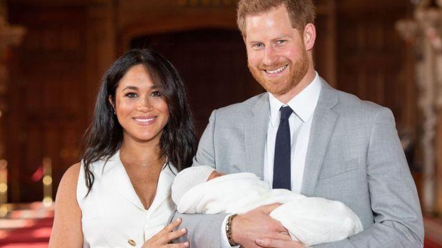 Duques de Sussex com seu bebê