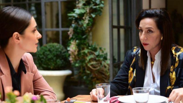 Dizideki doktor karakterini canlandıran Binnur Kaya'nın oyunculuğu büyük takdir topluyor