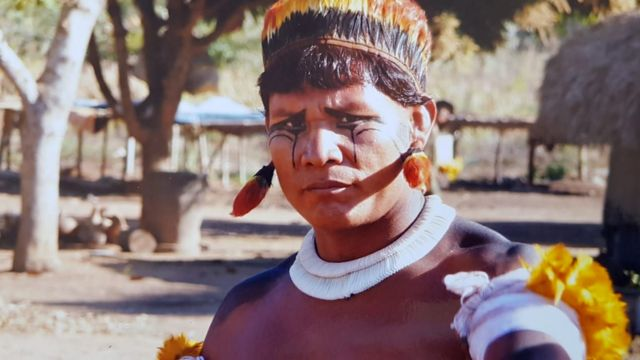 Tapí Yawalapiti, um jovem da etnia Yawalapiti, usa roupas e pinturas tradicionais de seu povo