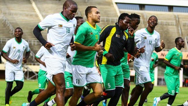 L'équipe du Zimbabwe, avec le capitaine Willard Katsande, en préparation au stade national à Harare