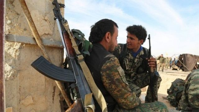 قوات معارضة من العرب والأكراد تقاتل تنظيم الدولة الإسلامية في سوريا
