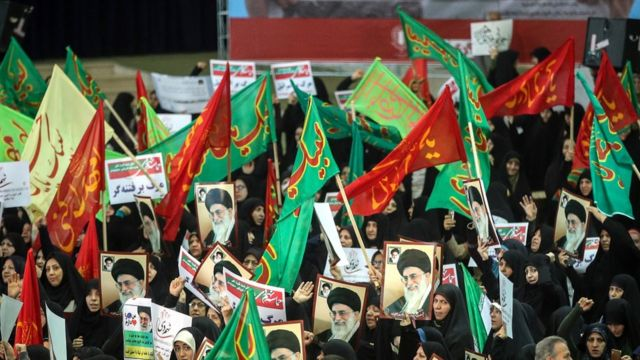 Tahran'da İmam Humeyni Camii çevresinde rejim yanlıları destek gösterisi düzenledi.