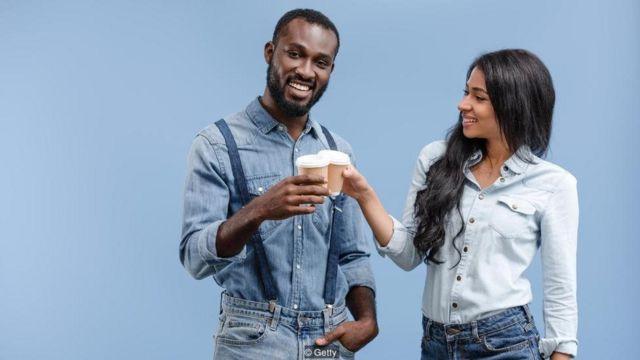 Badan Kesehatan Nasional Inggris menyarankan untuk minum enam hingga delapan gelas per hari, termasuk teh dan kopi
