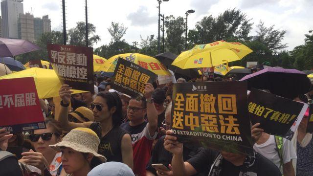 """下午3时15分在香港维多利亚公园,穿着黑衣的示威民众陆续涌入维园,部分人手拿""""香港人撑住""""丶""""彻查警暴""""等标语。"""