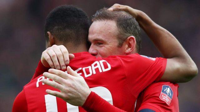Rashford et Wayne Rooney se félicitent mutuellement après un but signé