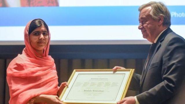 นางสาวมาลาลารับหนังสือแต่งตั้ง จากนายอันโตนิโอ กูเตอร์เรส เลขาธิการสหประชาชาติ