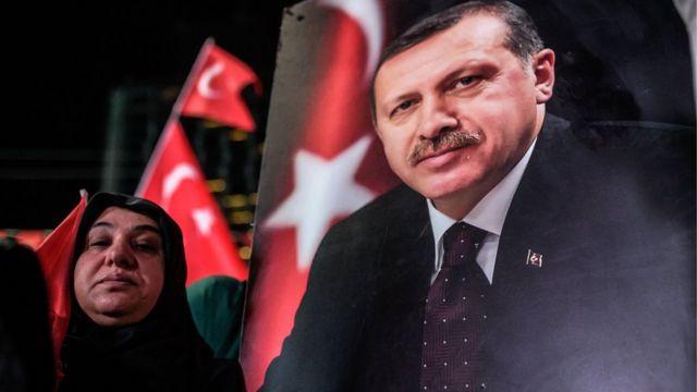 """El presidente turco Recep Tayyip Erdogan """"está yendo mucho más allá de lo que se considera legítimo"""" en la respuesta al intento de golpe de Estado, denunció Amnistía Internacional."""
