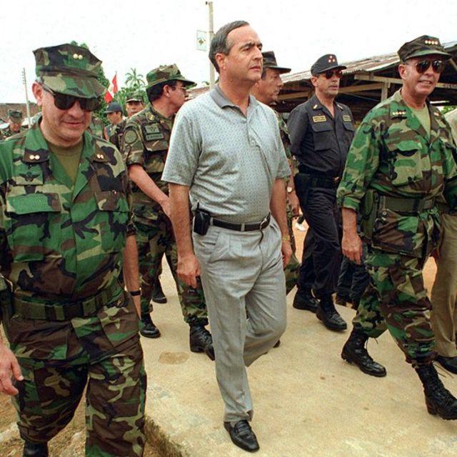 El jefe de inteligencia Vladimiro Montesinos junto a militares.