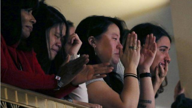 ニューヨーク市内のホテルで語るクリントン氏を支持者らは涙ながらに見守った(9日)