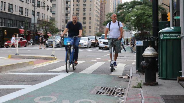 Ciclista y usuario de monopatín en Nueva York