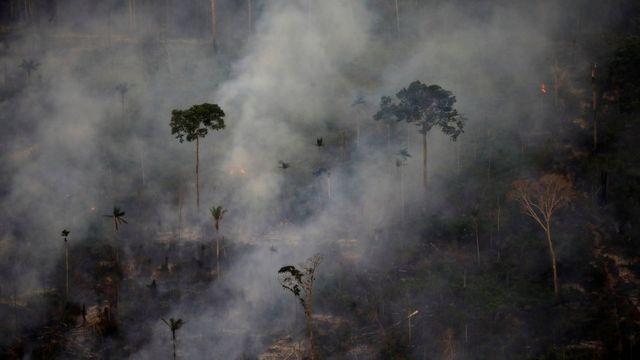 Fumaça em incêndio na floresta amazônica perto de Porto Velho, em Rondônia