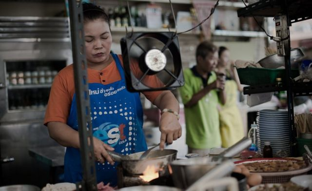 タイのレストラン調理場で働く女性。