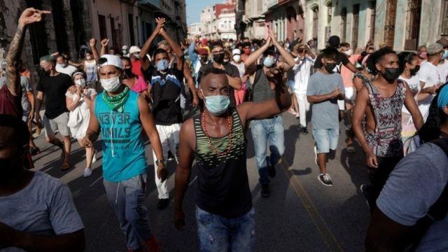 Protestas en Cuba: las fotos de la inusual manifestación contra el gobierno en Cuba y la respuesta de la policía - BBC News Mundo