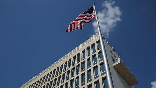 La bandera de EE.UU. ondea junto a la embajada en La Habana.