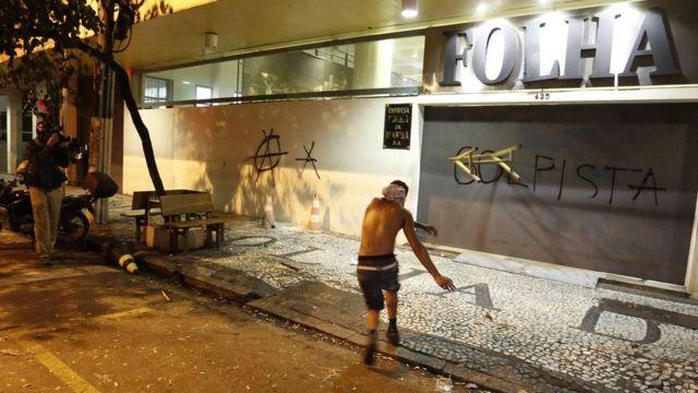 Homem atira cavalete contra a fachada do jornal Folha de S.Paulo
