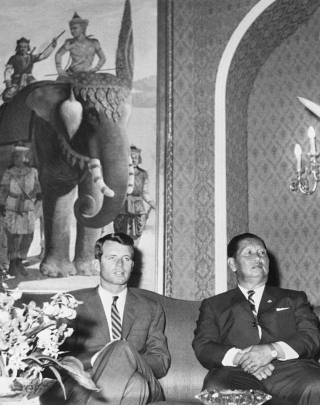 โรเบิร์ต เอฟ เคนเนดี รัฐมนตรีกระทรวงยุติธรรมของสหรัฐฯ (ซ้าย) เข้าพบจอมพลสฤษดิ์ ธนะรัชต์ นายกรัฐมนตรีของไทยในขณะนั้น เมื่อวันที่ 19 ก.พ. 2505