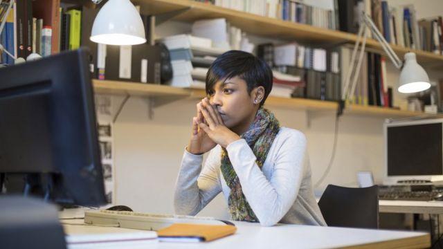 Mujer mirando un computador