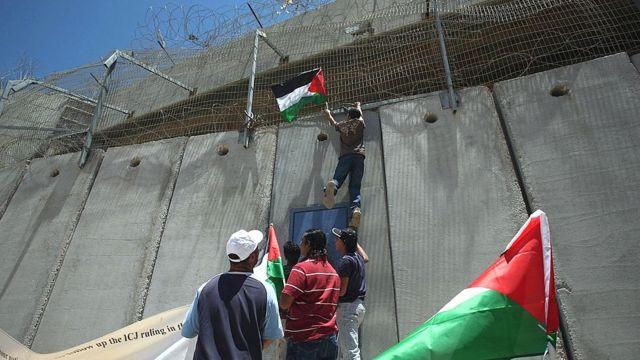 Trepar el muro parece una tarea imposible