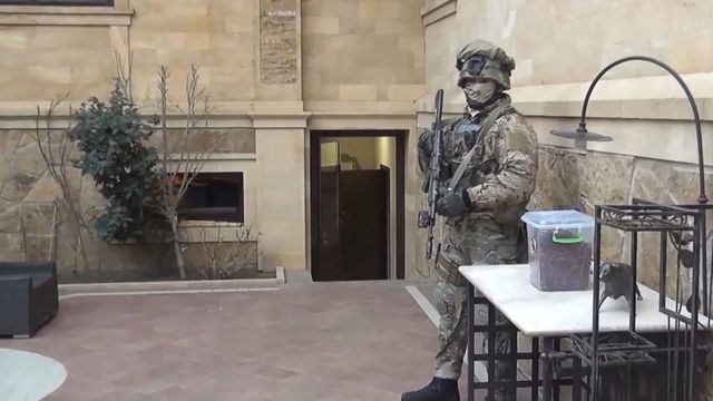 Сотрудник правоохранительных органов во время обысков на территории особняка временно исполняющего обязанности председателя правительства Республики Дагестана Абдусамада Гамидова