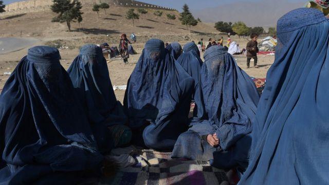 صورة لنساء في افغانستان يرتدون البرقع