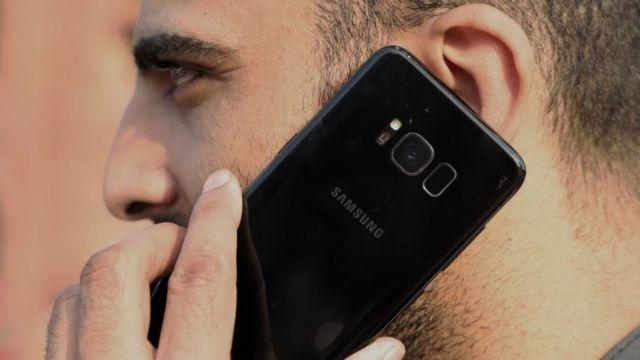 Un hombre sostiene un teléfono Samsung.