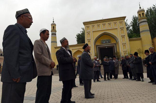 新疆ウイグル自治区のカシュガルにあるモスクに祈祷のため集まった人々(今年4月)