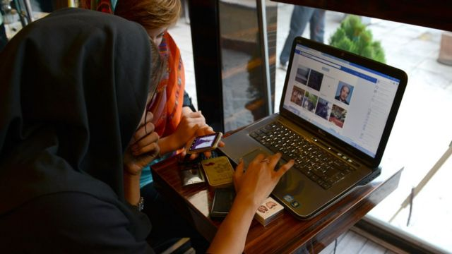 Женщина с компьютером в иранском кафе