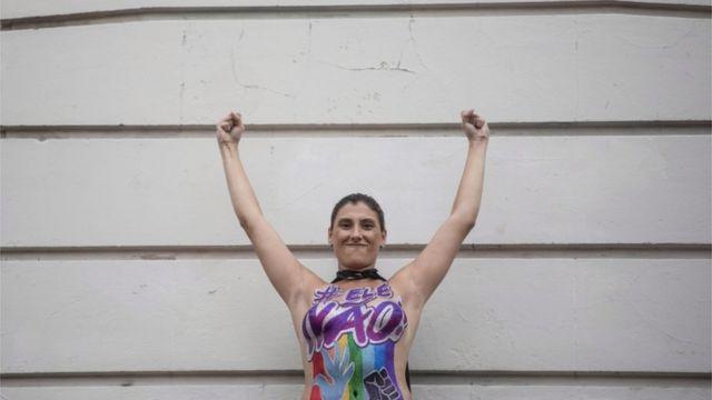 Mulher em ato contra Bolsonaro