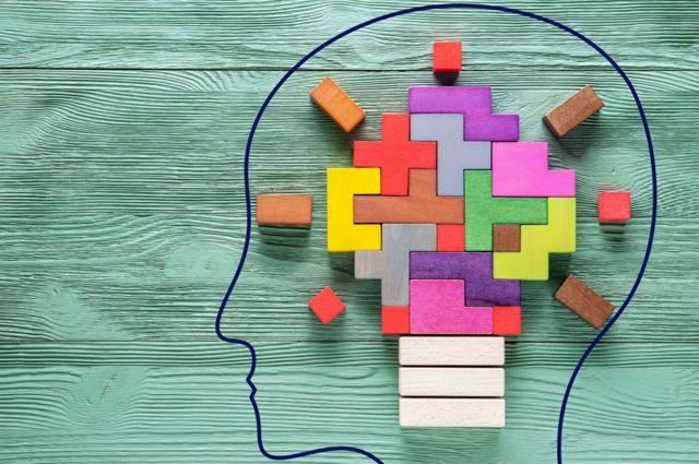 Ilustração de cérebro feito de blocos coloridos