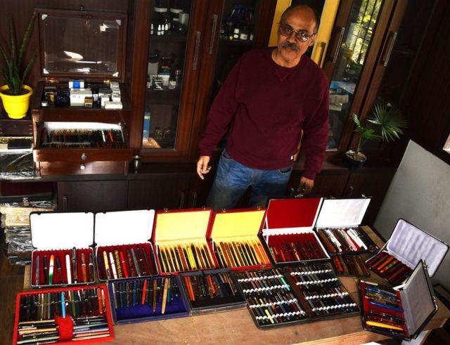 یوسف منصور کے پاس فاؤنٹین پین کا 7،000 مجموعہ ہے