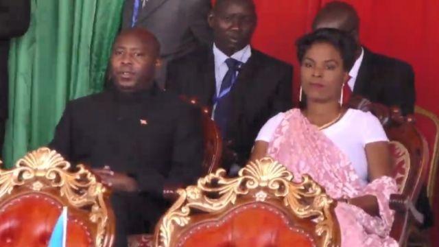 Evariste Ndayishimiye n'umutambukanyi wiwe Angélique Ndayubaha mu birori vyo kumwimika
