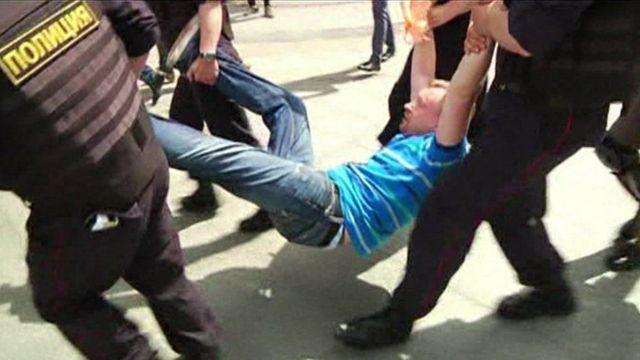 Ativista gay preso em manifestação em Grozny, na Chechênia