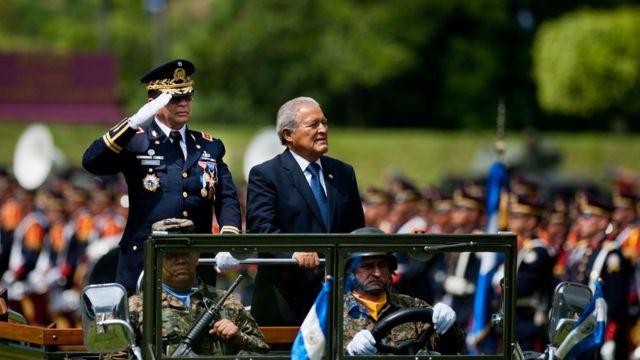 El ministro de Defensa, el general David Munguía Payés, y el presidente Salvador Sánchez Cerén