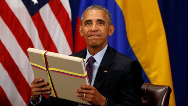 Barack Obama recibe una copia del acuerdo de paz de Colombia