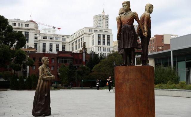 Imagem mostra monumento erguido nos EUA que lembra escravas sexuais do exército japonês na Segunda Guerra. Nela, aparecem três mulheres de mãos dadas e uma quarta, de frente ao grupo, que representa Kim Hak-sun, a primeira mulher a falar sobre sua experiência durante a ocupação japonesa na Coreia, na guerra