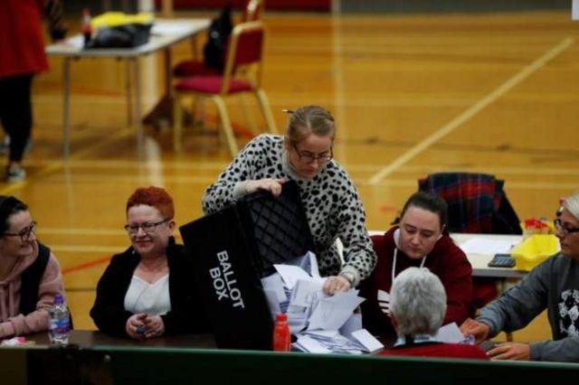 午後10時の投票締め切りとともに開票作業が始まった。写真はハートルプールの投票所