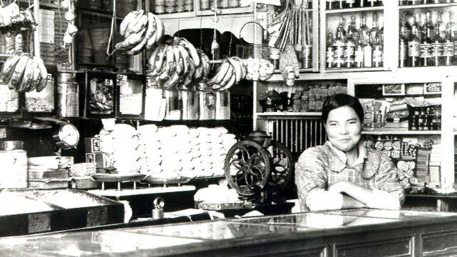 Mulher de origem japonesa em uma loja no Peru
