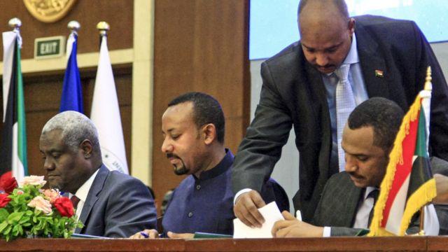 أحمد أثناء التوقيع على اتفاق تقاسم السلطة في السودان
