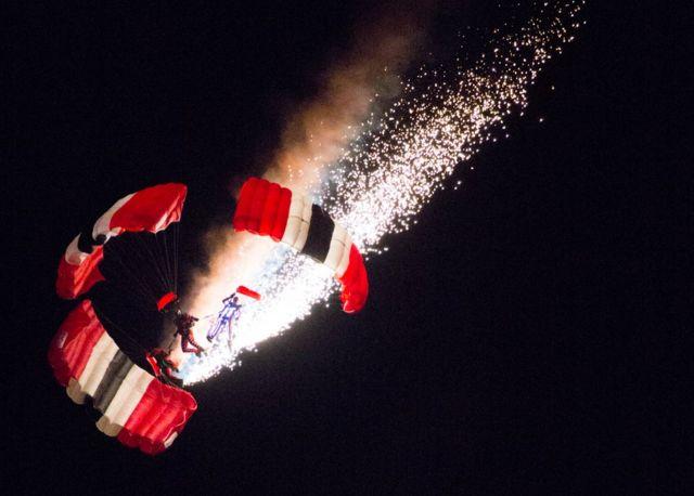 Espectáculo aéreo con fuegos artificiales.