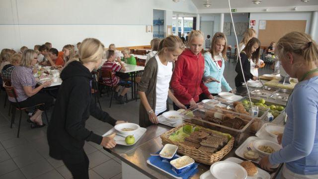 เด็ก ๆ ในฟินแลนด์จะได้รับประทานอาหารกลางวันที่มีประโยชน์ต่อร่างกายฟรีที่โรงเรียน
