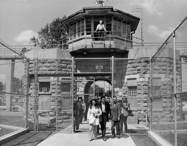Вместе с женой Джун Картер после очередного тюремного концерта на выходе из тюрьмы штата Канзас. 1968 год