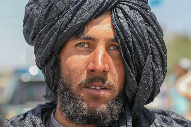 काबुलमा फोटो खिच्न दिँदै एक तालिबान लडाकु