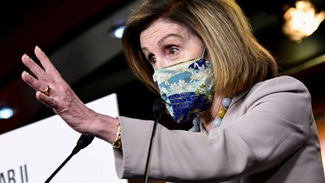 Nancy Pelosi faz um discurso usando uma máscara floral