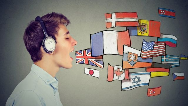 Un joven con varias banderas