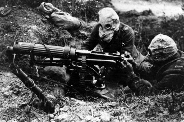 Британские солдаты в противогазах ведут пулеметный огонь