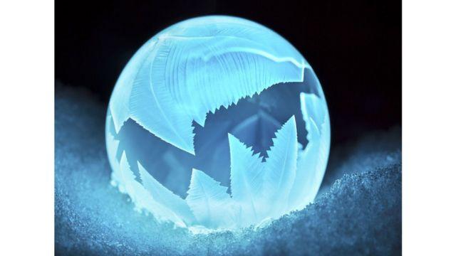 Burbuja congelada de jabón y tinta invisible.