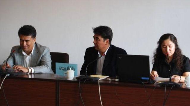 Tiyip (kiri) dengan akademisi Arslan Abdulla dan Rahile Dawut (kanan) yang juga hilang.