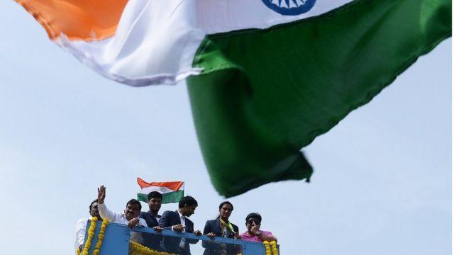参加奥运的运动员往往和国家荣誉相关。印度羽毛球女运动员辛德胡(右二)在2016年里约奥运上获得银牌,是该国史上首位获得奥运银牌的运动员。印度国内为她举行了盛大游行。(photo:BBC)