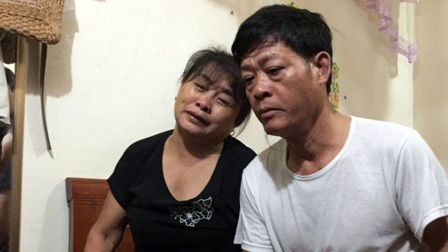Vợ chồng ông Phạm Văn Thìn, nhớ về con gái Phạm Thị Trà My (26 tuổi) - ảnh tại nhà ở Hà Tĩnh ngày 26/10