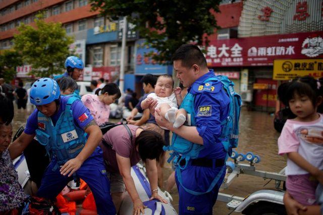 郑州的志愿者帮助疏散民众。